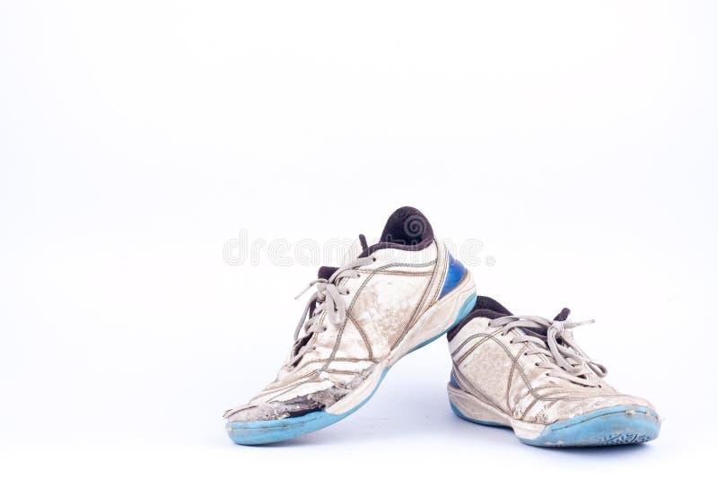 Usados zapatos futsal azules usados viejos de los deportes en el fútbol blanco del fondo aislados fotos de archivo