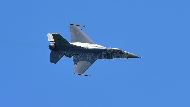USAF F16 jastrząbka spełniania walczący aerobatics przy Singapur Airshow fotografia stock