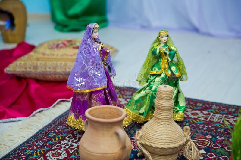 Usage de la marionnette des femmes nationales de l'Azerbaïdjan Épée antique de militaires de l'Azerbaïdjan Costume national azerb images stock