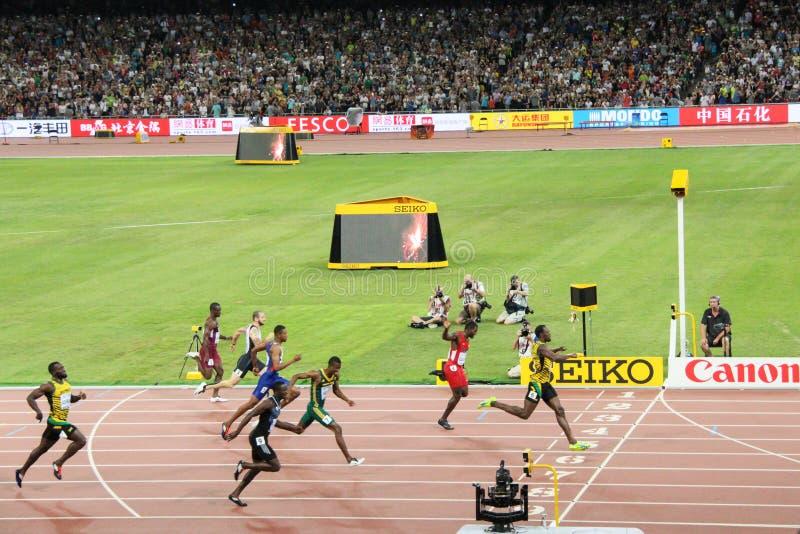 Usain Bolt actionnant à la ligne d'arrivée pour gagner 200 mètres de titre aux championnats Pékin 2015 du monde d'IAAF photographie stock libre de droits