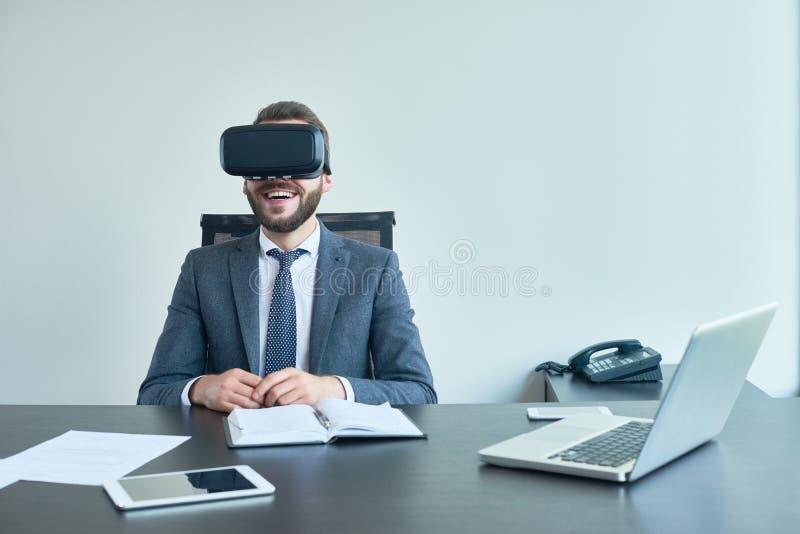 Usando auriculares de VR no escritório imagens de stock