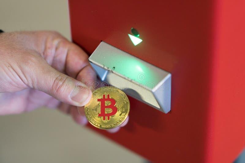 Usando bitcoins fotos de stock