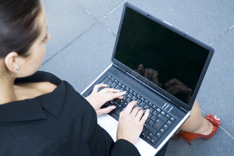 usando del computer portatile della donna di affari immagini stock