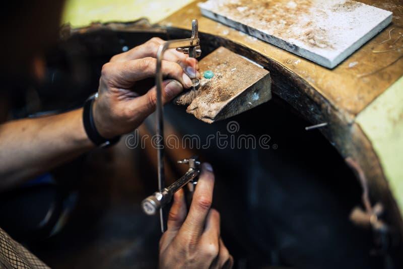 Usando del gioielliere ha visto fotografia stock libera da diritti