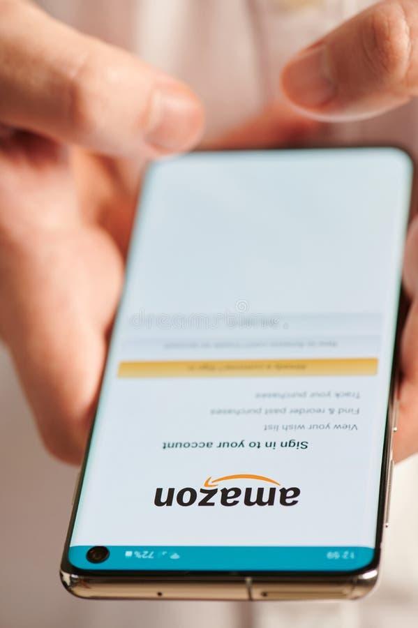 Usando el app móvil de la cuenta del Amazonas imágenes de archivo libres de regalías