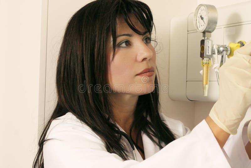 Usando el equipamiento médico fotografía de archivo libre de regalías
