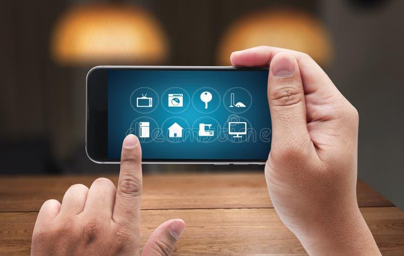 Usando a inovação inovativa Digital do sistema informático das tecnologias imagem de stock royalty free