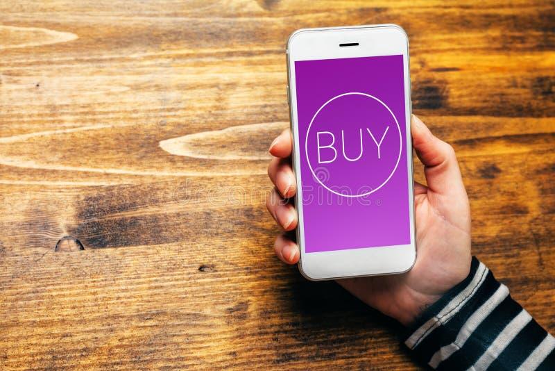 Usando la cartera móvil para comprar artículos en compras en línea fotos de archivo