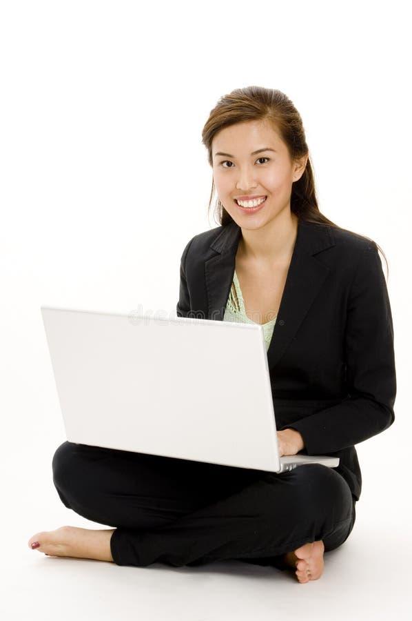 Usando la computadora portátil fotografía de archivo