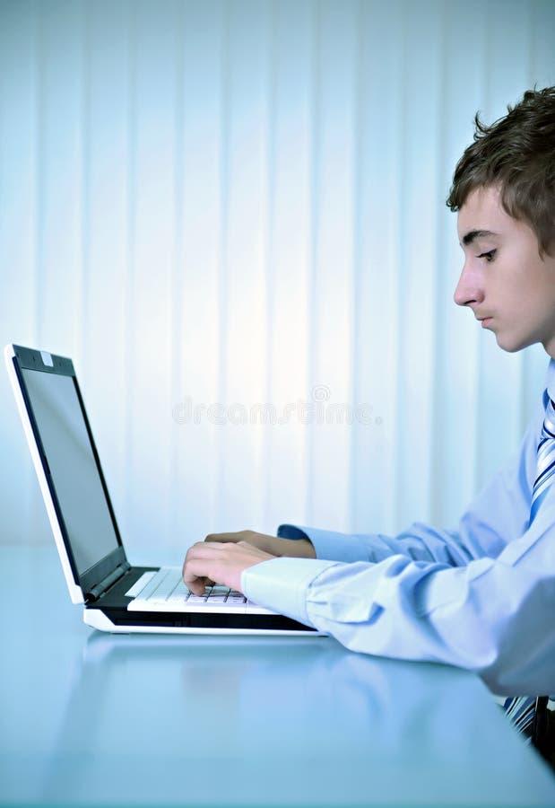 Usando la computadora portátil del ordenador imagen de archivo