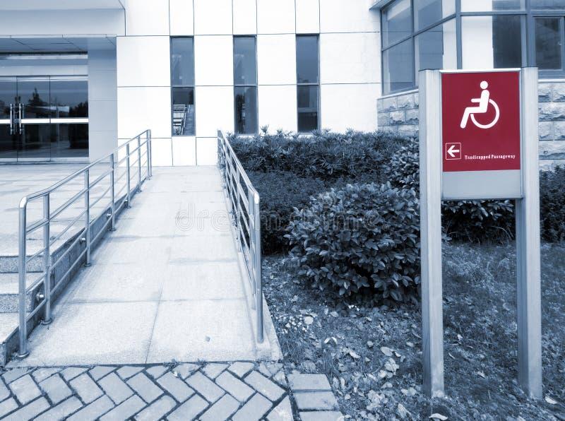 Usando la rampa della sedia a rotelle immagini stock