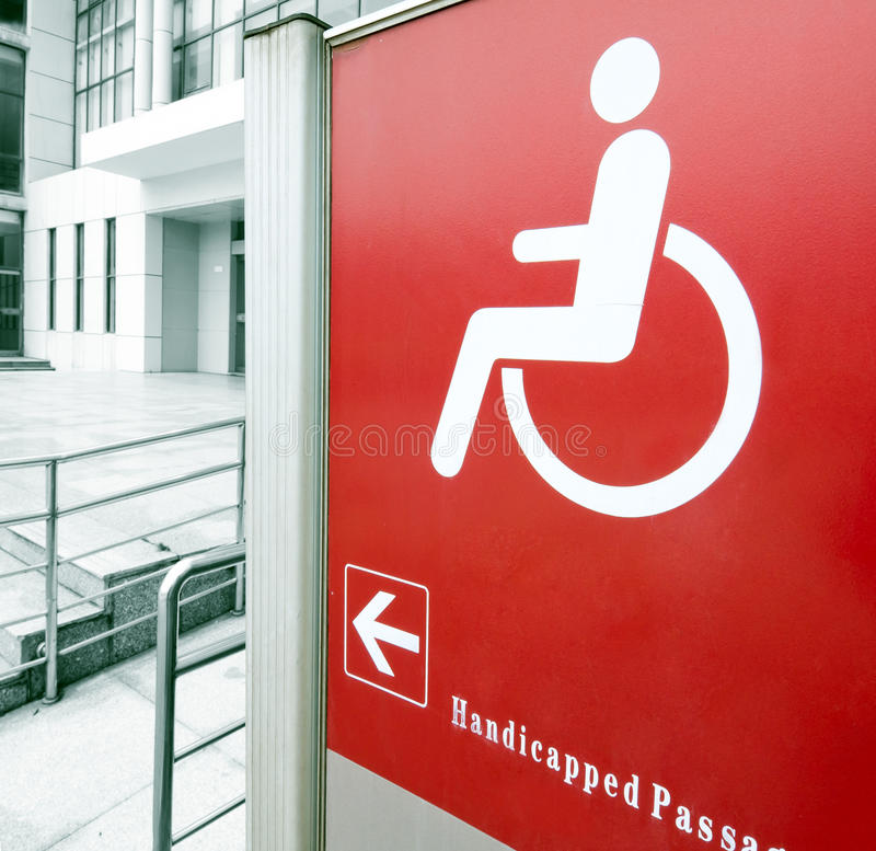 Usando la rampa della sedia a rotelle fotografia stock libera da diritti