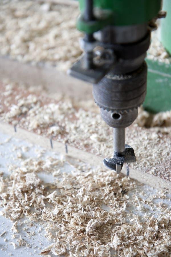 Usando las máquinas en carpintería foto de archivo libre de regalías