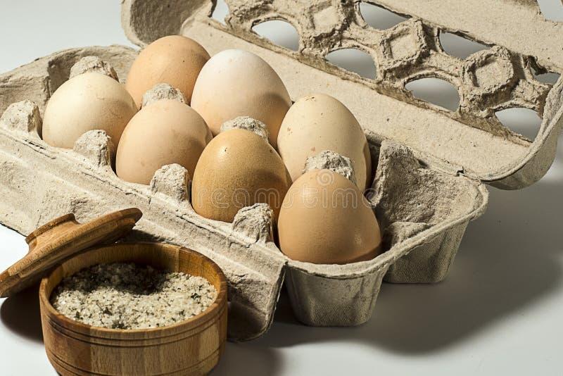 Usando los huevos y la sal, usted puede cocinar un desayuno bueno y sabroso imágenes de archivo libres de regalías