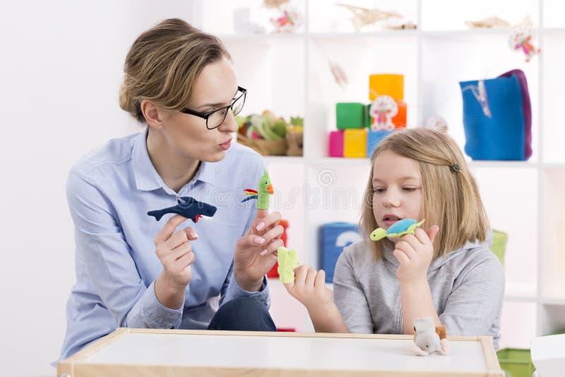 Usando los juguetes durante terapia del juego foto de archivo libre de regalías