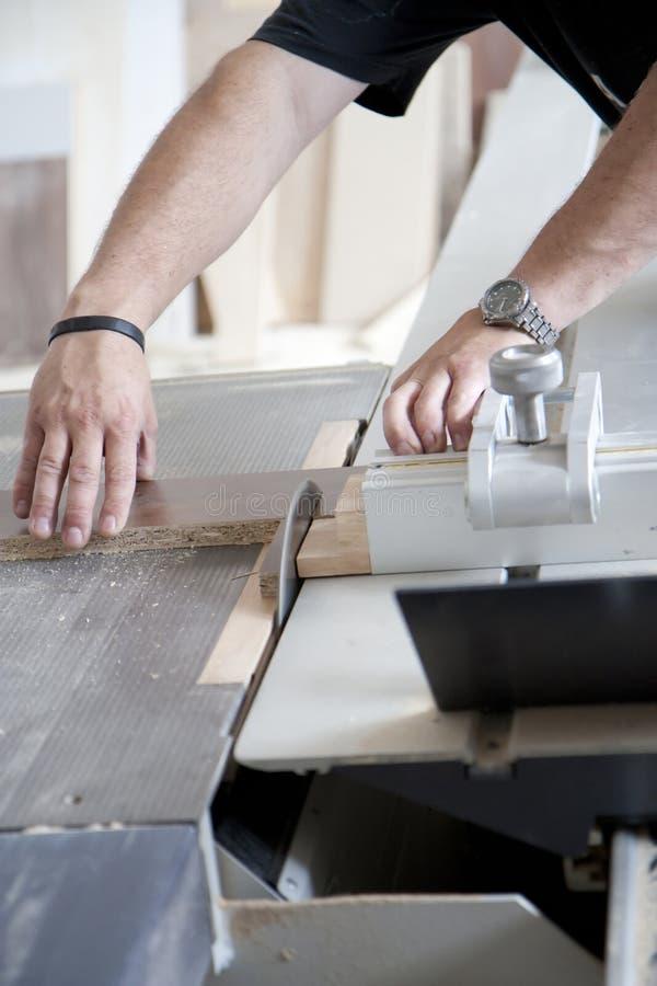 Usando máquinas na obra de carpintaria fotografia de stock