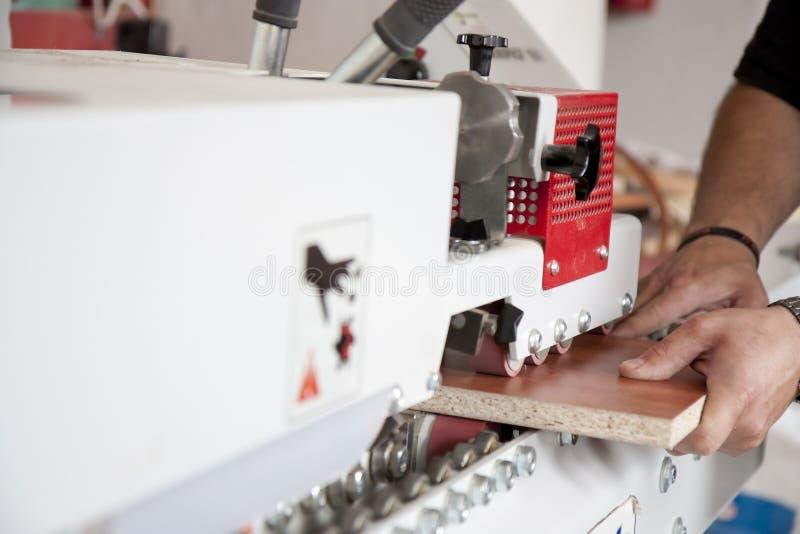 Usando máquinas na obra de carpintaria fotografia de stock royalty free