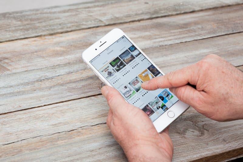 Usando o app audível no iPhone 7 positivo imagens de stock