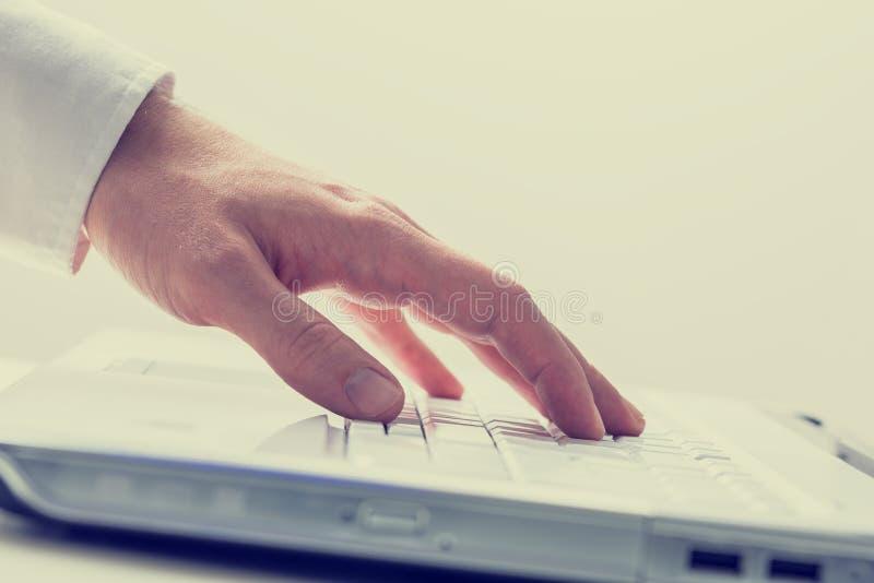 Usando o laptop fotos de stock