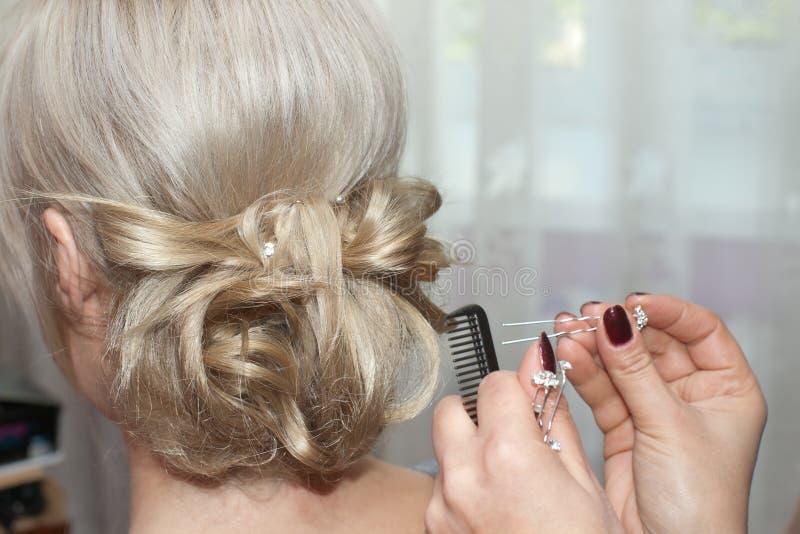 Usando o pino de cabelo foto de stock