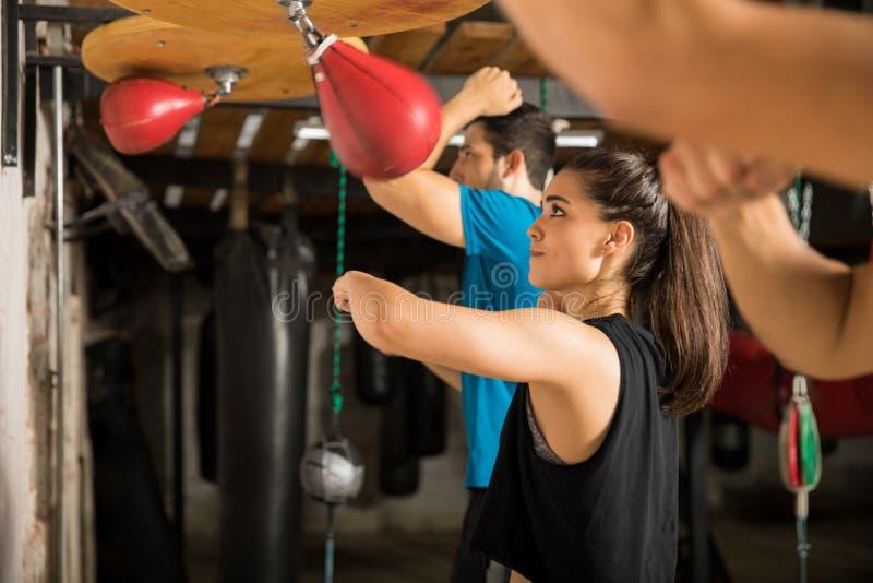 Usando o saco da velocidade em um gym do encaixotamento fotografia de stock