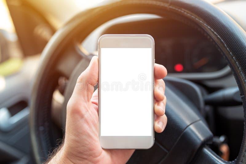 Usando o smartphone no carro, trocista acima da tela imagem de stock