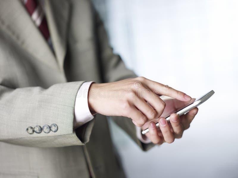 Usando o telefone celular fotografia de stock