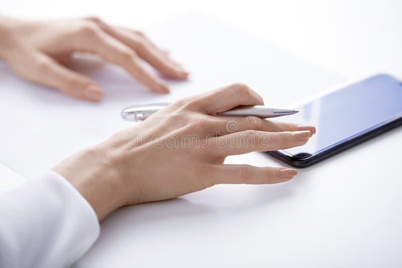Usando o telefone celular e o envio de mensagem de texto fotos de stock royalty free