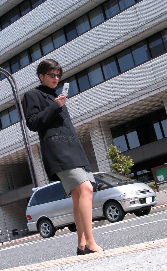 Download Usando O Telefone Móvel Em Uma Rua Imagem de Stock - Imagem de povos, conexão: 108997
