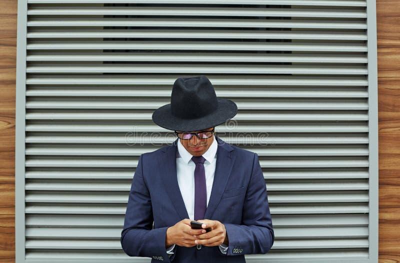 Usando o telemóvel foto de stock royalty free