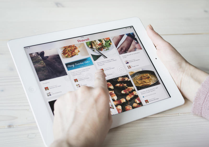 Usando Pinterest no iPad fotografia de stock royalty free
