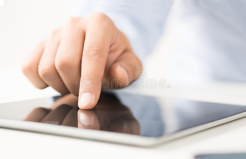 Usando a tabuleta digital imagens de stock royalty free