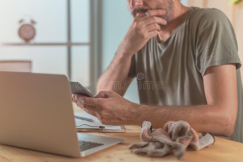 Usando a tecnologia moderna na oficina da empresa de pequeno porte fotos de stock royalty free