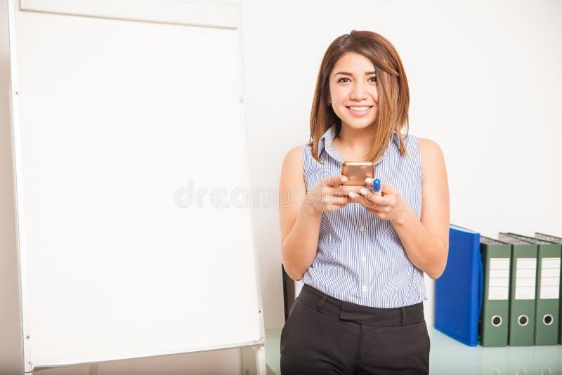 Usando a tecnologia na sala de aula fotografia de stock