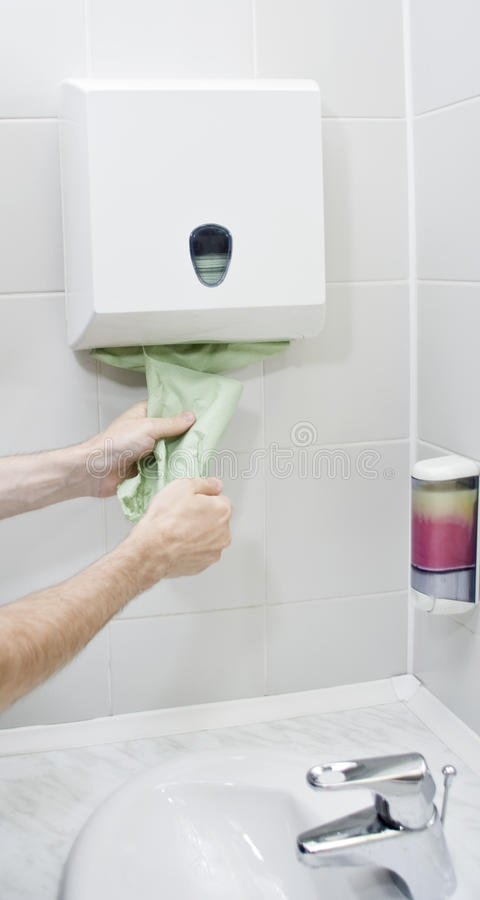 Usando a toalha de papel foto de stock