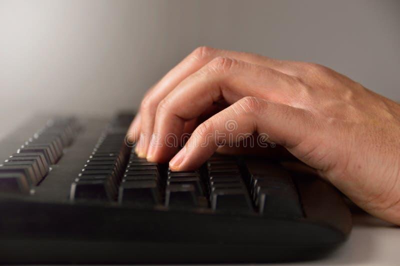 Usando um teclado de computador imagens de stock
