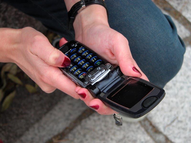 Usando um telefone acessível fotos de stock