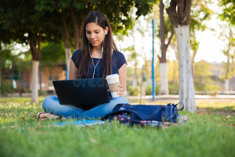 Usando un ordenador portátil al aire libre imagenes de archivo