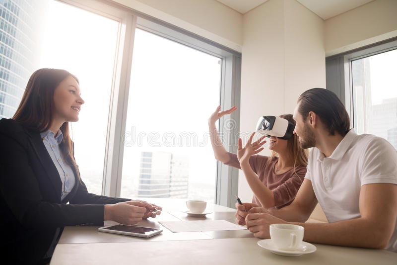 Usando vidros da realidade virtual, os auriculares de VR para bens imobiliários visitam imagens de stock