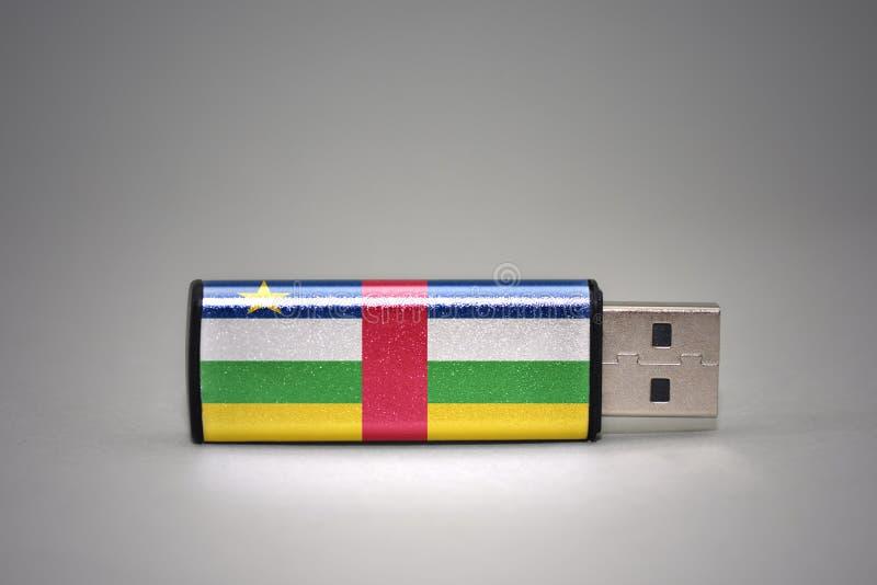 Usb与中非共和国的国旗的闪光驱动灰色背景的 免版税库存图片