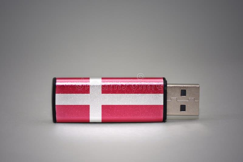 Usb与丹麦的国旗的闪光驱动灰色背景的 免版税库存照片