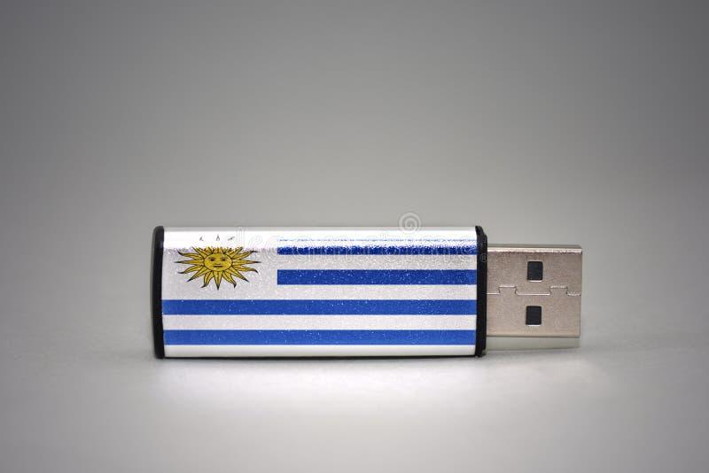 Usb与乌拉圭的国旗的闪光驱动灰色背景的 图库摄影