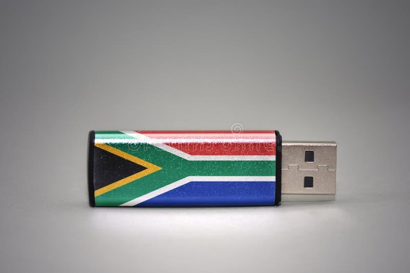 Usb与南非的国旗的闪光驱动灰色背景的 免版税库存图片