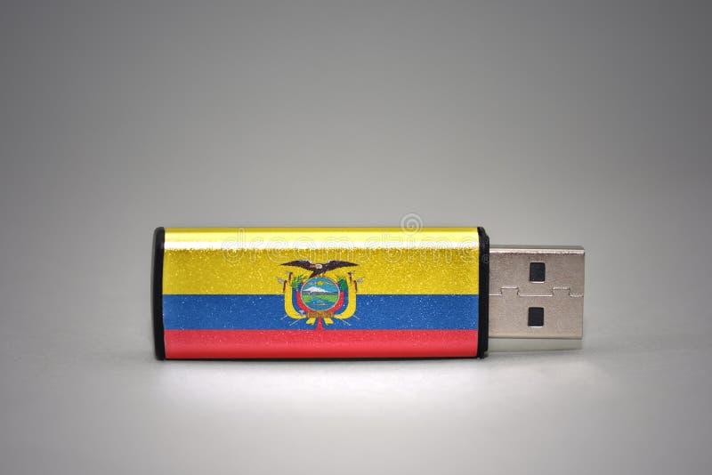 Usb与厄瓜多尔的国旗的闪光驱动灰色背景的 免版税库存照片