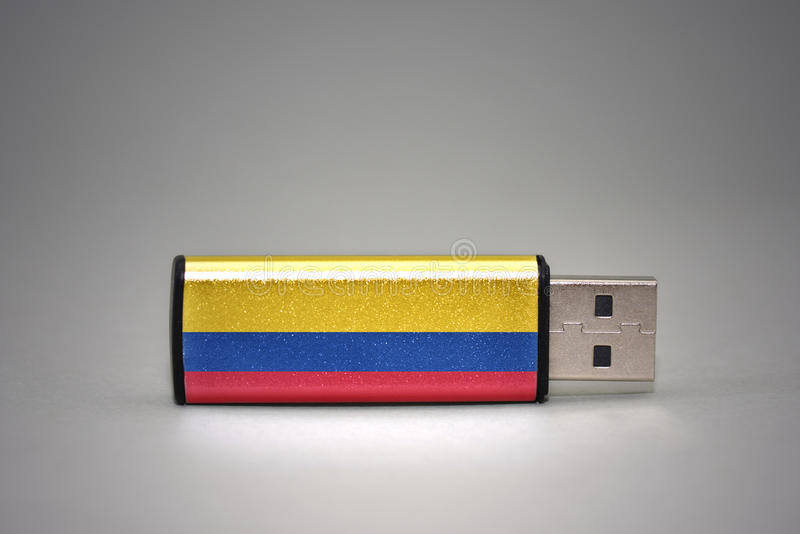 Usb与哥伦比亚的国旗的闪光驱动灰色背景的 库存照片