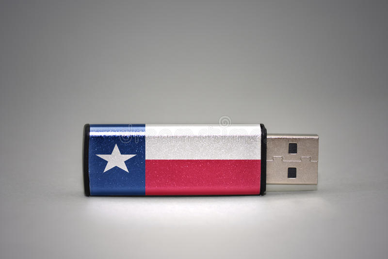 Usb与在灰色背景得克萨斯状态旗子的闪光驱动  图库摄影