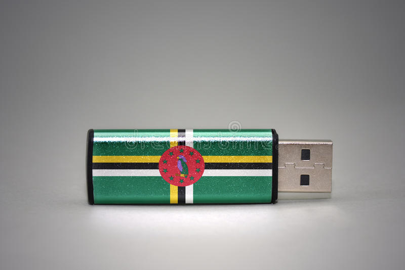 Usb与多米尼加的国旗的闪光驱动灰色背景的 免版税库存图片