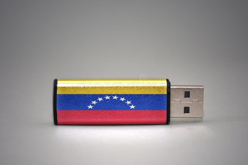 Usb与委内瑞拉的国旗的闪光驱动灰色背景的 免版税图库摄影