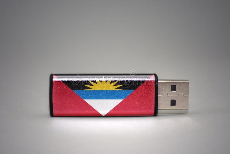 Usb与安提瓜和巴布达国旗的闪光驱动灰色背景的 免版税库存照片