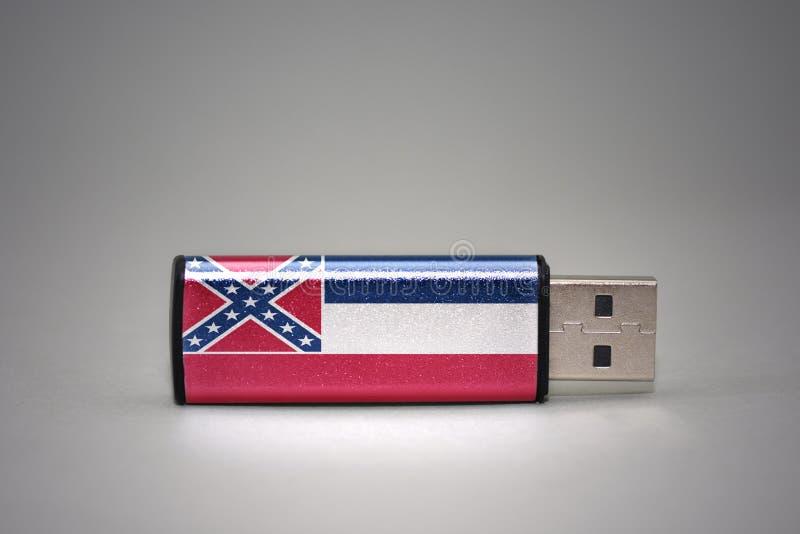 Usb与密西西比状态旗子的闪光驱动在灰色背景 免版税库存图片